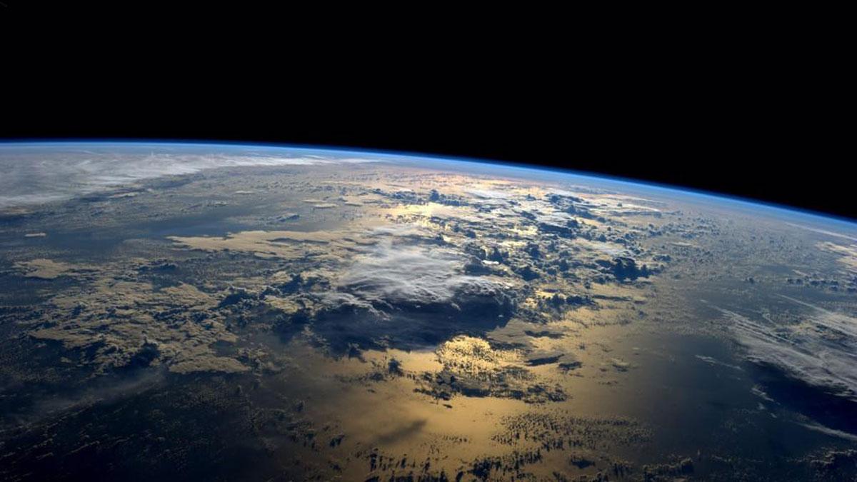 宇宙の視点から地球を見たら❓自分が目を向け愛を向ける世界を広げるとそこから愛が返ってくる