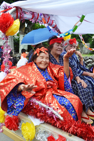 日本全国少子化と高齢化の中でなぜ沖縄小浜島の「おばあ」たちは元気なのか?