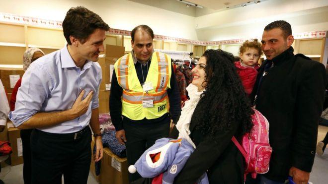 難民を迎えに自ら空港へ行ったトルドー首相ーこういう人に税金を払いたい!